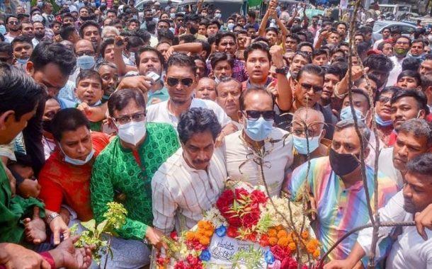 স্বাধীনতা দিবসে বিপ্লব উদ্যানে ফুল দিতেও পুলিশ বাধা দিচ্ছে ডা.শাহাদাত